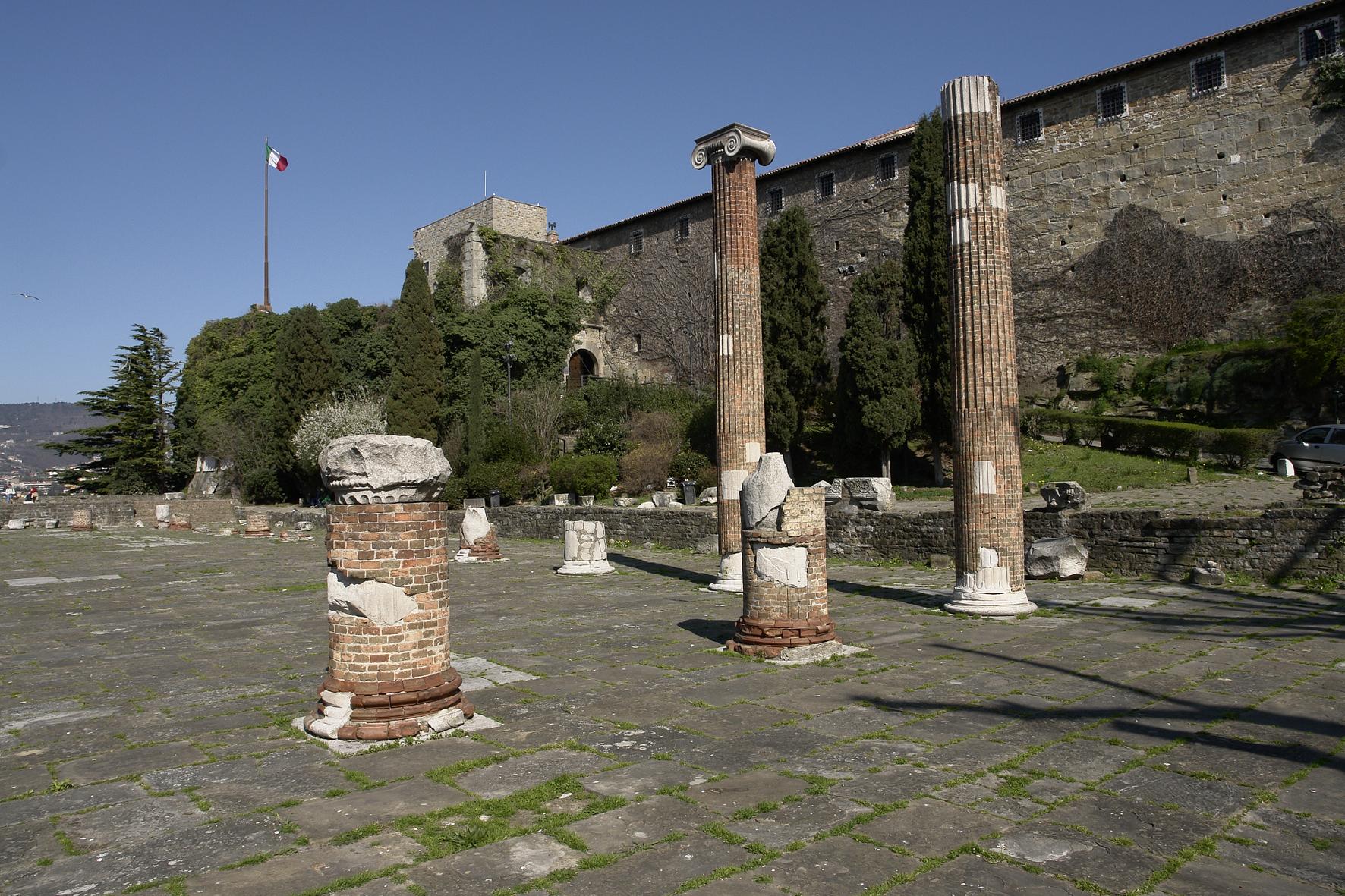 Il castello dalla basilica civile romana
