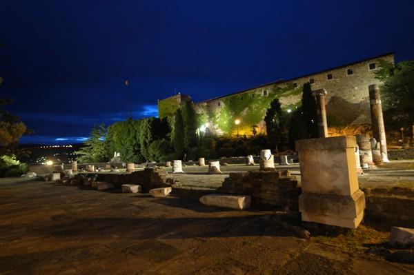 Il castello di San Giusto da piazza della Cattedrale
